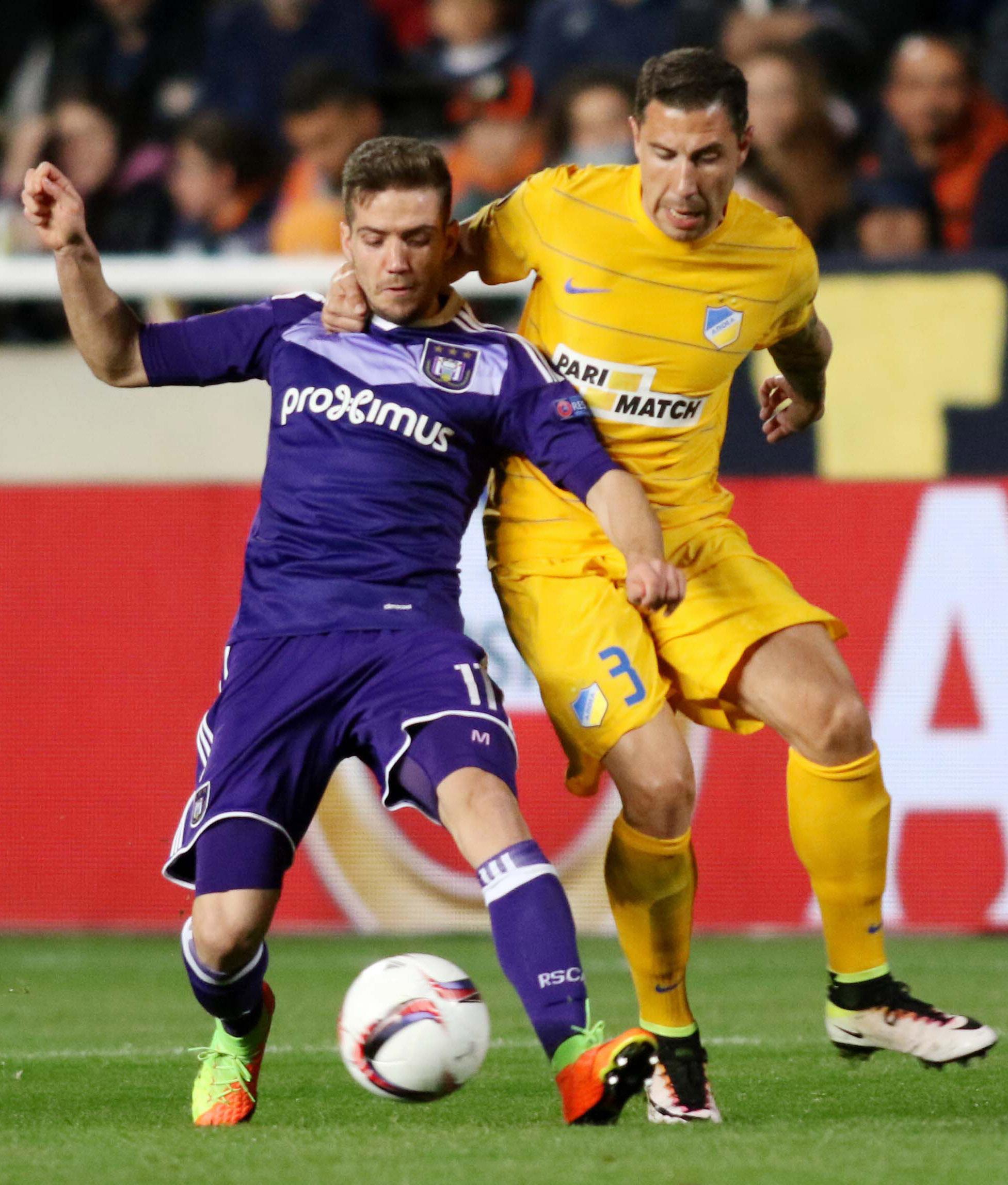 Alexandru Chipciu (stânga), încercând să protejeze mingea în timpul unui meci susținut de Anderlecht în Liga Europa. (FOTO: EPA)