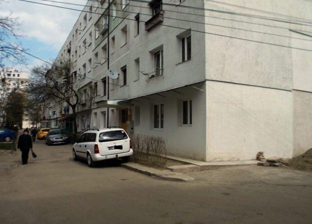 dubă zidită într-un bloc din Bacău
