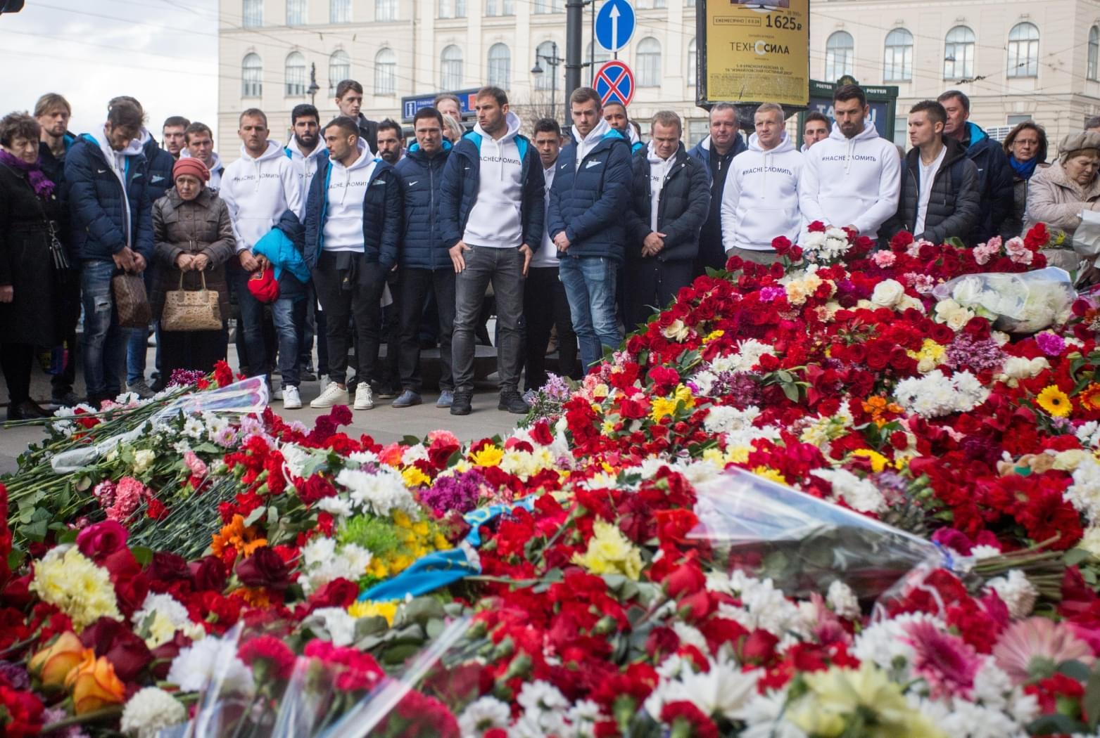 Delegația lui Zenit se reculege în fața mormanului de flori de la intrarea în stația de metrou Sennaya. (FOTO: fc-zenit.ru)