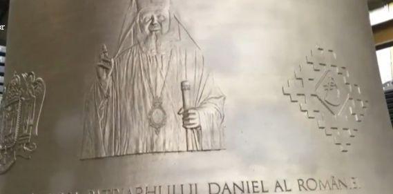 Chipul Patriarhului Daniel apare pe clopotul de la Catedrala Mântuirii Neamului - imagine cu clopotul