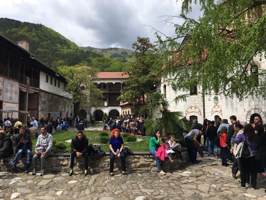 Sute de oameni istoviți de pe drum, așteaptă în curtea Mănăstirii Bachkovo să poată atinge icoana făcătoare de minuni a Maicii Domnului