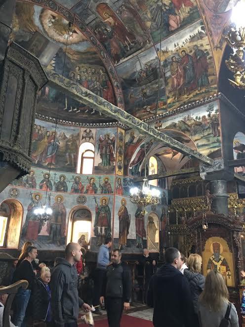 Cei aflați pentru prima oară în lăcașul de cult fac și o scurtă vizită a începăerilor mănăstirii