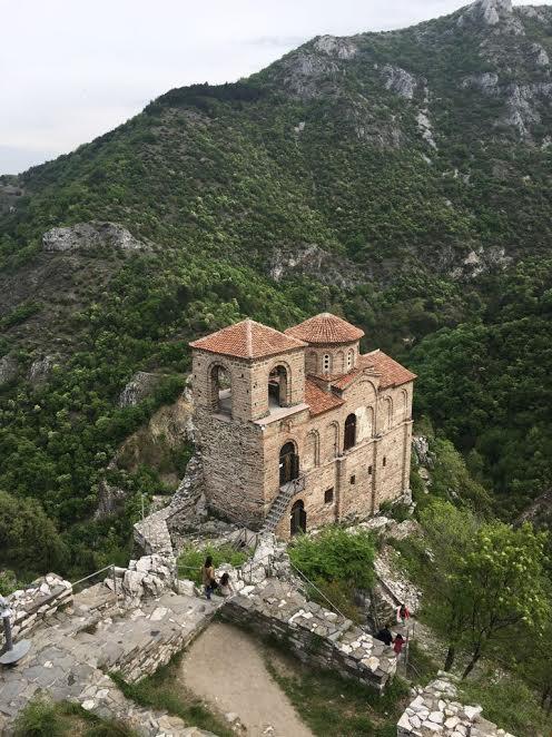 Vechea Biserica a Asăneștilor, cocoțată de nouă secole pe un pisc de munte, precum un un veritabil cuib de vulturi, este un alt obiectiv bisericesc căutat de creincioșii veniți și din România