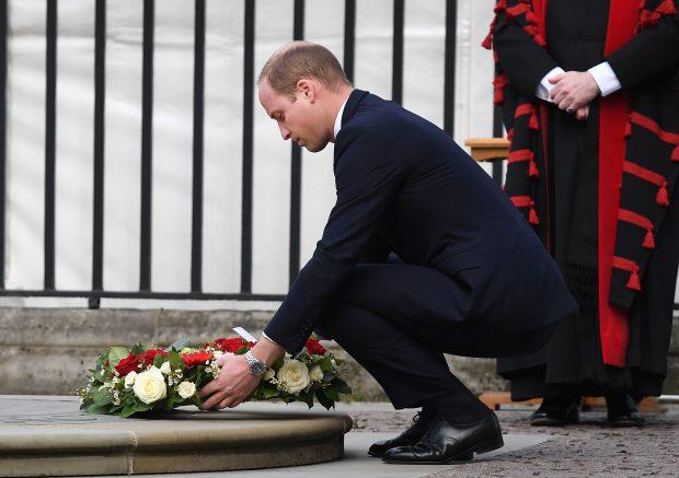 Ducele de Cambridge depune un buchet de flori la monumentul Inocenților