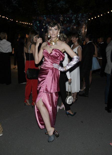 Iulia Albu, mai sexy ca niciodată. Decolteul ei a atras privirile celor din jur