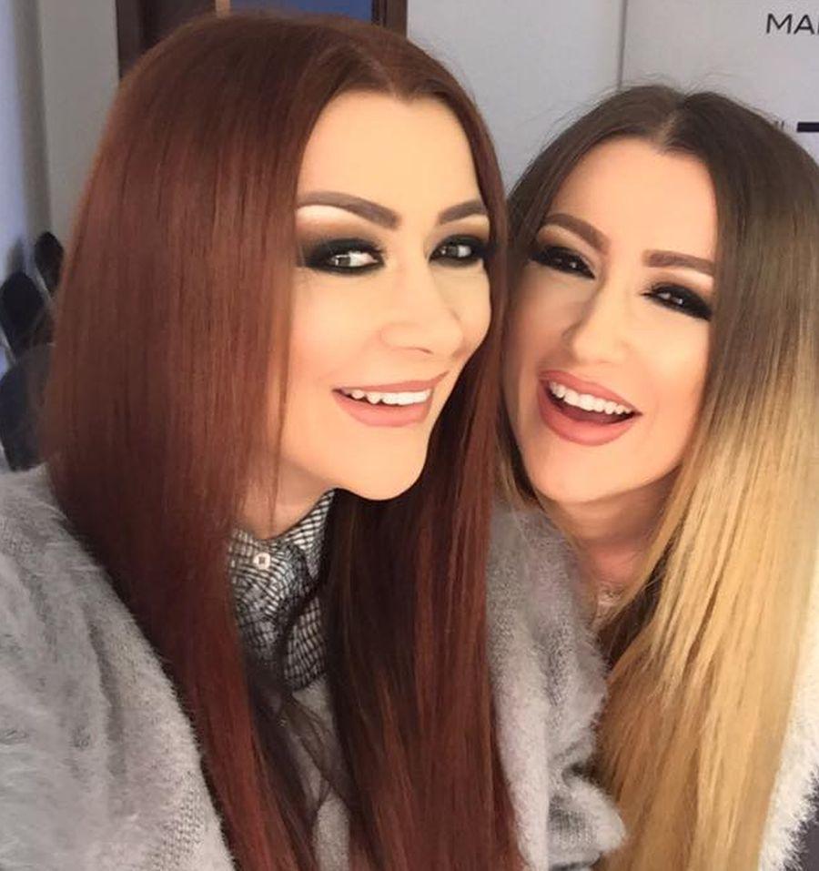 Surorile Bambi: Raluca și Denisa Tănase zâmbesc în timp ce sunt fotografiate